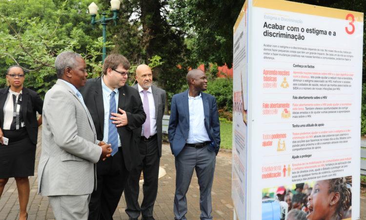O Dr. Zacarias Zindoga, Secretário Permanente do MISAU, e Bryan Hunt, Encarregado de Negócios da Embaixada dos E.U.A., apreciam um painel durante a inauguração duma exposição de celebração do 15º aniversário do PEPFAR em Moçambique. Também na fotografia estão o Dr. Alfredo Vergara, CDC e o Dr. Francisco Mbofana, CNCS.